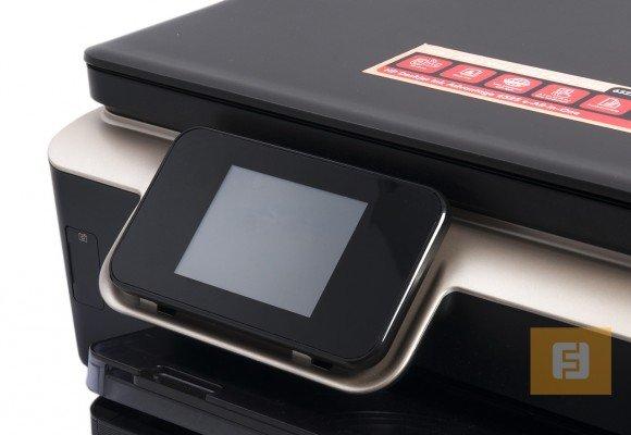 Цветной сенсорный дисплей с диагональю чуть менее 9 см взял на себя все управляющие функции МФУ