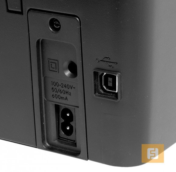 Разъемы для шнура питания и USB интерфейса для подключения компьютера традиционно находятся на тыльной стороне МФУ